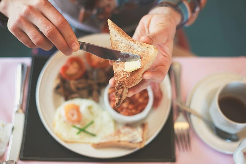 Nếu bạn đang có ý định giảm cân, hãy tuân thủ nguyên tắc: ăn nhiều vào buổi sáng và ăn ít vào buổi tối.