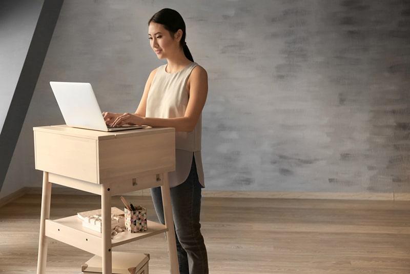 Bàn làm việc đứng là giải pháp hữu hiệu để giúp nhân viên cải thiện thói quen ngồi một tư thế quá lâu.