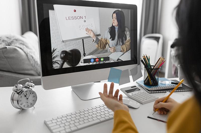 Các doanh nghiệp đãi ngộ tốt thường tài trợ khóa đào tạo ngắn hạn trực tuyến cho nhân viên