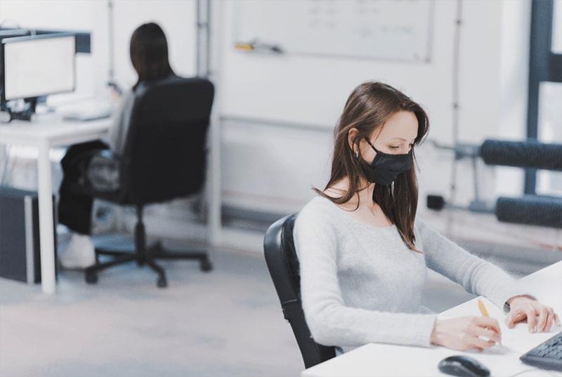 Cần nghiêm túc tuân thủ việc đeo khẩu trang để mọi người cảm thấy yên tâm khi làm việc trong văn phòng.