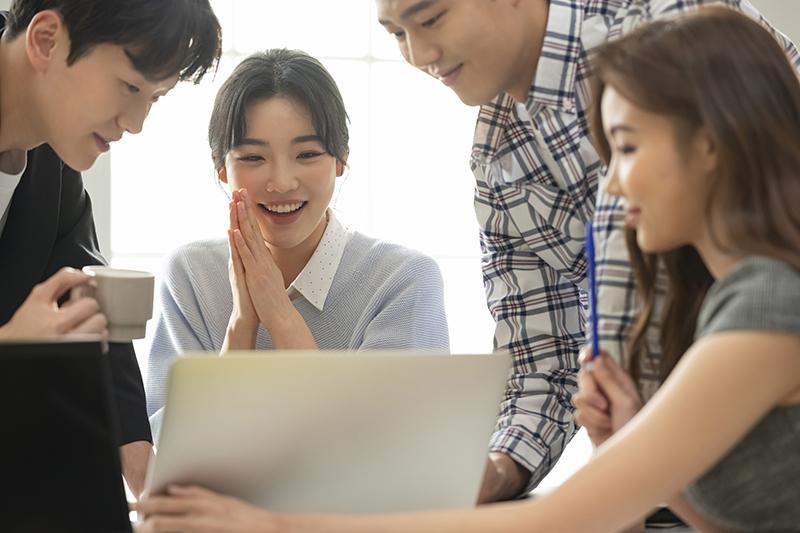 Môi trường làm việc tích cực tạo động lực để nhân viên tương tác và hỗ trợ lẫn nhau.