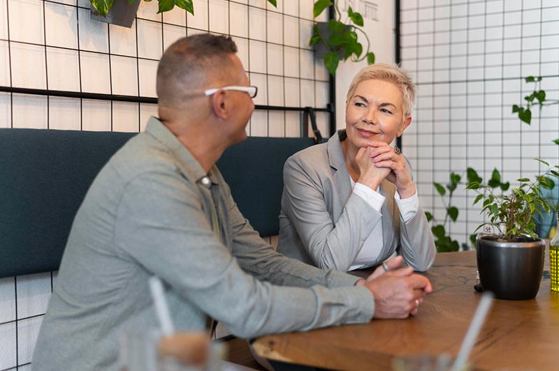 Phỏng vấn thôi việc nên tiến hành ở quán cà phê để có sự thân thiện, cởi mở